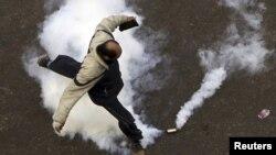 محتج مصري يحاول تفادي غاز مسيل للدموع في القاهرة