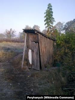 Уличный сельский туалет