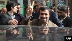 Претседателот Махмуд Ахмадинеџад по гласањето во Техеран