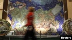 Harta URSS bătută în pietre semiprețioase la Muzeul Geologiei de la St Petersburg.
