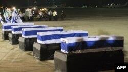 Телата на израелските жертви при пристигането им в Тел Авив
