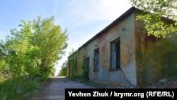 От большинства построек на территории военного городка остались только стены