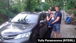 Инна Хэльмут, Олег Погребняк и их сын около автомобиля, из которого их силой вытаскивали полицейские