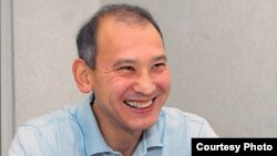 Арестованный бывший президент «Казатомпрома» Мухтар Джакишев дает интервью корреспонденту газеты «Время» в следственном изоляторе КНБ. Астана, июль 2009 года. Фото с сайта Time.kz