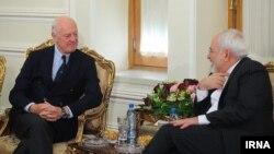 Eýranyň daşary işler ministri Mohammad Jawad Zarif (sagda) we BMG-niň Siriýa boýunça wekili Staffan de Mistura. 10-njy ýanwar, 2016 ý.