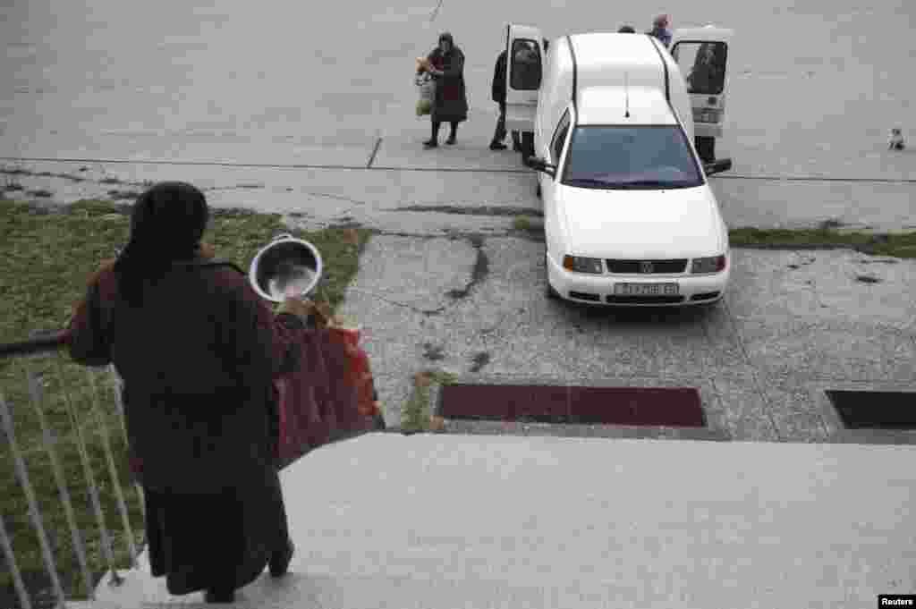 Volunteers bring free food to the inhabitants of the abandoned school.