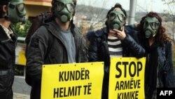 Демонстранти в протигазах і з табличкою з написом «Стоп хімічній зброї» біля будівлі посольства Албанії в в Скоп'є, 14 листопада 2013 року