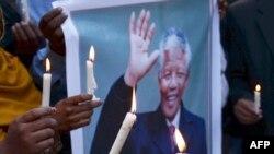 Люди прощаются с покойным экс-президентом ЮАР Нельсоном Манделой.