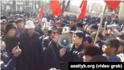 Бывший президент переходного периода Кыргызстана Роза Отунбаева выступает у здания ГКНБ в Бишкеке. 26 февраля 2017 года.