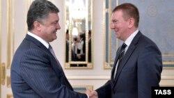 Президент України Петро Порошенко (ліворуч) і латвійський міністр закордонних справ Едгарс Рінкевічс, Київ, 16 липня 2014 року