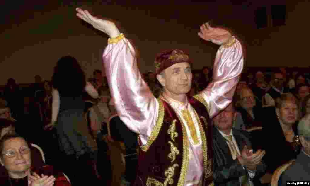 Концерт барышында Кемерово кунагы, биюче Вәли Гарифуллин