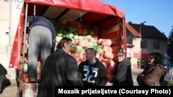 Akcija Mozaika prijateljstva kada je podijeljen kamion kupusa, koji je takođe bio poklon