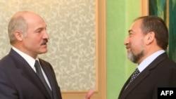 Belarusian President Alyaksandr Lukashenka (left) with Israeli Foreign Minister Avigdor Lieberman in Minsk on June 4.