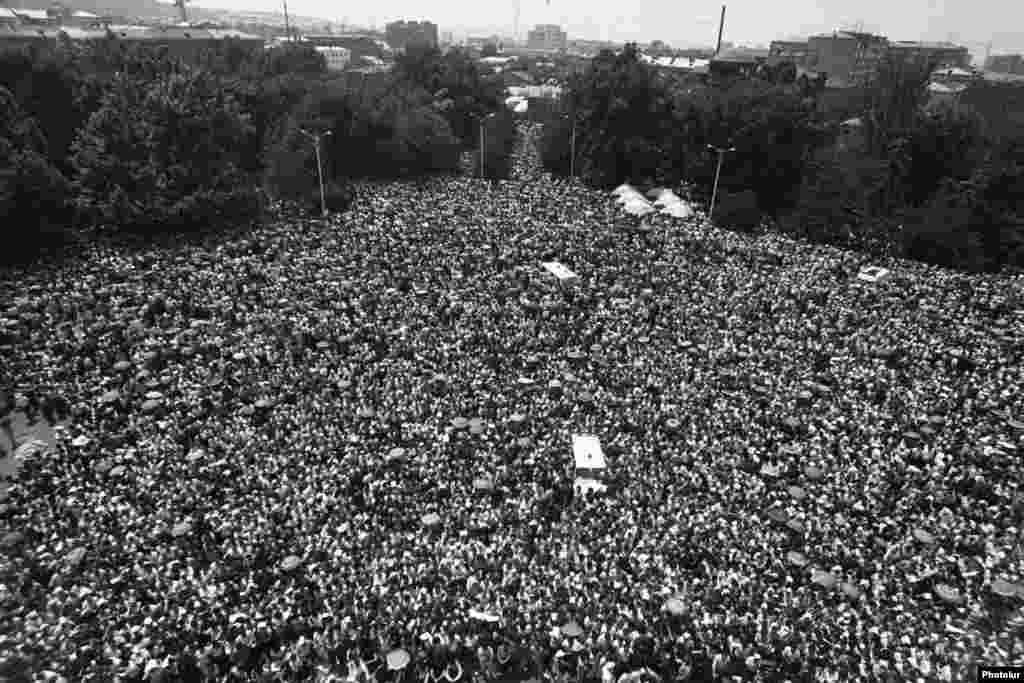 Հարյուր հազարավոր հայեր ցույց են անցկացնում Երեւանում` ի պաշտպանություն Հայկական ԽՍՀ-ին Լեռնային Ղարաբաղի միանալու առաջարկության, փետրվար, 1988 թվական