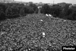 Ermənistan - Dağlıq Qarabağın Ermənistana birləşdirilməsi təklifinə dəstək mitinqi, Yerevan, 1988eds of thousand of Armenians demonstrating in Yerevan in support of the proposal for Nagorno-Karabakh to become part of the Armenian SSR, February 1988