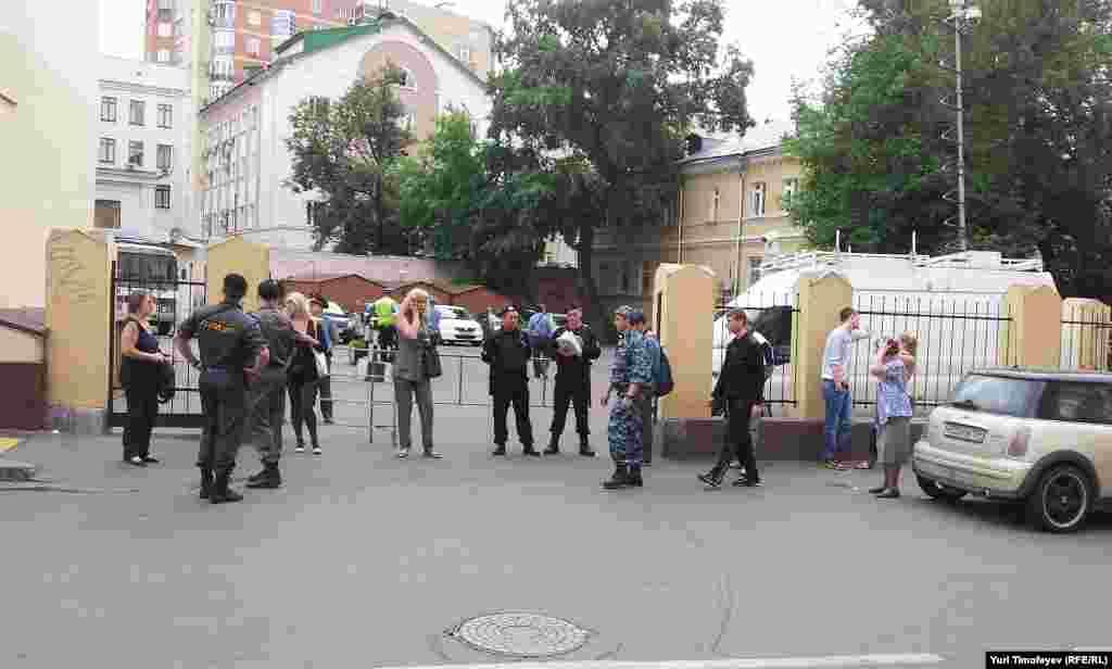 Двор суда, где должен пройти фестиваль в поддержку Pussy Riot перекрыт полицией