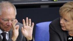 Канцлер Германии Ангела Меркель беседует с министром финансов Вольфгангом Шойбле.