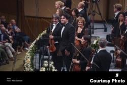 Cristian Măcelaru la finalul simfonicului Royal Concertgebouw de la Sala Palatului alături de concertmaestrul Liviu Prunaru
