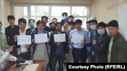 کارمندان بخش تذکرههای برقی اداره ملی احصائیه و معلومات افغانستان که در اعتراض به عدم پرداخت حقوق خود، دست به اعتصاب کاری زدهاند.