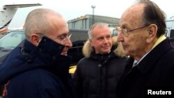 М.Ходорковский (ч) ва Германиянинг Озод демократик партияси раҳбари Ханс-Диетрих Геншер, Берлин ш., 2013 йил 20 декабрь.