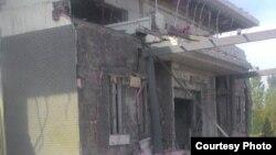 Поврежденное здание на территории посольства Китая в Кыргызстане. 30 августа 2016 года.