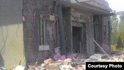 Одно из пострадавших зданий на территории Посольства КНР в Кыргызстане.