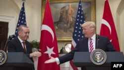 Президенты Турции и США Реджеп Тайип Эрдоган (слева) и Дональд Трамп во время встречи с журналистами, 16 мая 2017 года.