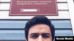 Артем Лоскутов у изолятора временного содержания