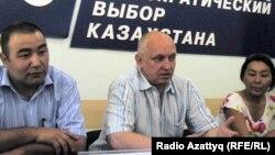 """Активисты партии """"Алга"""" слева направо: Кенже Аденов, Владимир Козлов, Айжангуль Амирова."""