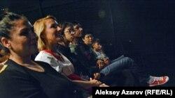 В зале было много родственников и друзей юных актеров, поэтому зрители были запрограммированы на позитивное восприятие.