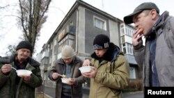 Раздача бесплатных обедов бездомным в Ставрополе.