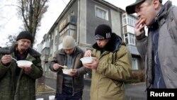 Бездомные мужчины за обедом, предоставленным благотворительной организацией. Ставрополь, ноябрь 2014 года.