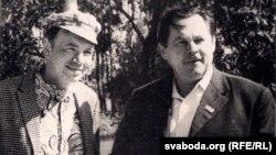 Андрэй Макаёнак (справа) з расейскім паэтам Андрэем Вазьнясенскім. 1973 год. З фондаў БДАМЛМ