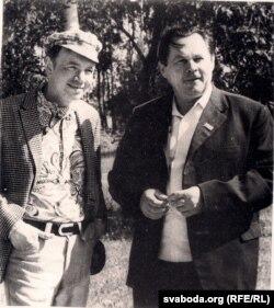 Андрэй Макаёнак (справа) з расейскім паэтам Андрэем Вазьнясенскім. 1973 г. З фондаў БДАМЛМ