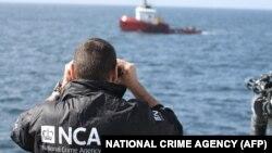 یک مأمور آژانس ملی جرایم بریتانیا در حال دیدهبانی در سواحل اسکاتلند