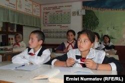 Ученики кыргызско-узбекской школы имени Мирзо Улугбека. 21 сентября 2012 года. Иллюстративное фото.