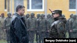 Petro Poroshenko əsgərlərlə görüşərkən