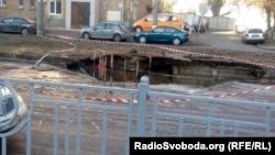 Через аварію водопроводу на вулиці Народного ополчення утворилося провалля, Київ, 19 лютого 2019 року