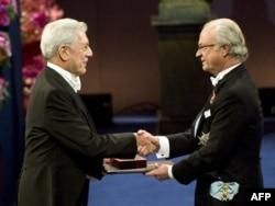 Peru yazıçısı Mario Vargas Llosa nobel mükafatını alarkən.