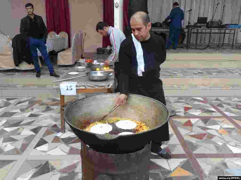 Абдумалик Азимов из Ташкента приготовил плов «Праздничный» с изюмом. Шымкент, 25 октября 2014 года.
