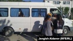 Көк-Таштан Баткен шаарына келген айыл тургундары.