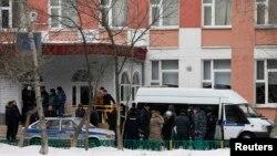 Школа №263 в московском районе Отрадное, где вооруженный ружьем ученик захватил заложников и стрелял по людям