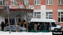 Полицейские у здания средней школы в Москве, где произошла стрельба. 3 февраля 2014 года.