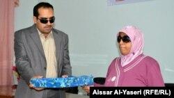 نادية مع رئيس جمعية المكفوفين في البصرة