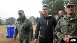 Хрватскиот премиер Зоран Милановиќ во посета на мигрантски камп во земјата.