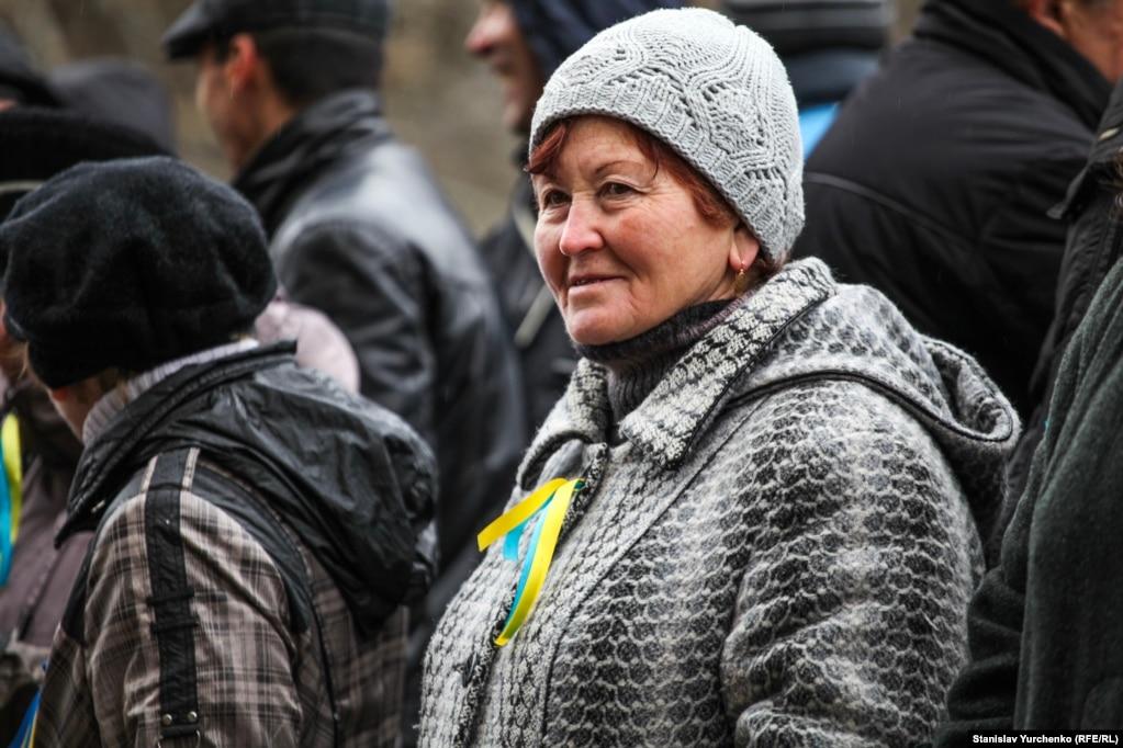 Тогда возле Верховной Рады Крыма собрались, по разным оценкам, от 5 до 10 тысяч крымских татар и крымчан других национальностей, которые выступили против сепаратизма