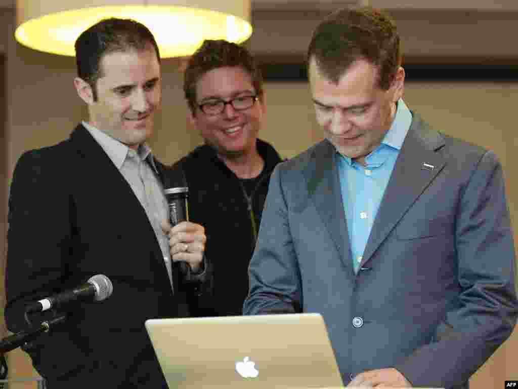 """Susret sa čelnicima """"Twitter""""-a Bizom Stounom i Evan Vilijamsom"""