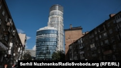 Житловий комплекс та бізнес-центр (на передньому плані). Київ, Кловський узвіз