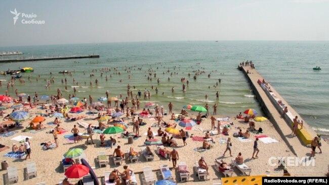 Сотні відпочивальників змушені тіснитися ніби на вільній від шезлонгів зоні