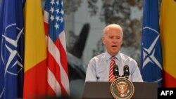 Вице-президент США Джозеф Байден выступает с речью переду румынскими и американскими летчиками в Бухаресте, 20 мая 2014 года